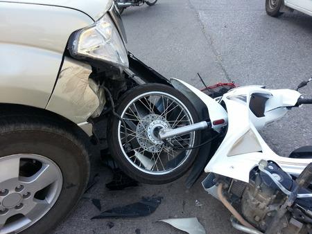 pickup truck: Accidente entre camioneta y moto Foto de archivo