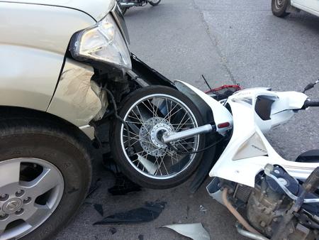 asiento coche: ChiangMai THAILANDJANUARY 10 2013: Crash Accidentes camioneta con la motocicleta en la carretera en Chaingmai norte de Tailandia. Editorial