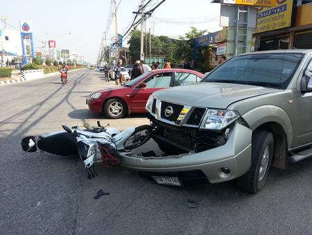 camioneta pick up: ChiangMai THAILANDJANUARY 10 2013: Crash Accidentes camioneta con la motocicleta en la carretera en Chaingmai norte de Tailandia. Editorial