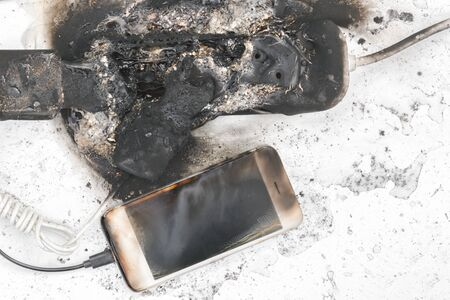 das ausgebrannte Netzteil, Telefon, mögliche Brandursache