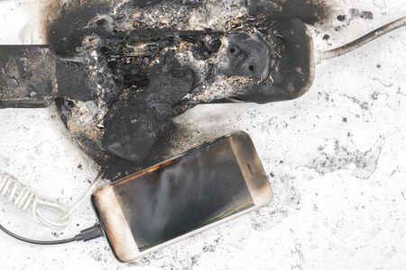 la fuente de alimentación quemada, el teléfono, la posible causa del incendio