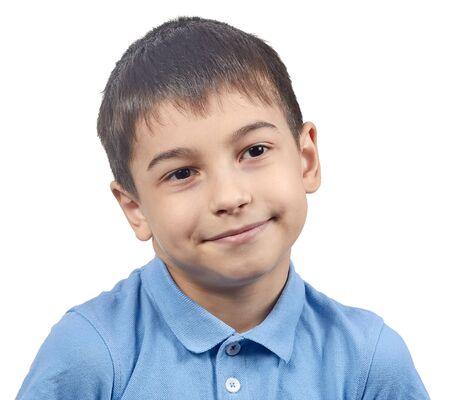 emocjonalny chłopiec w niebieskiej koszulce izolat