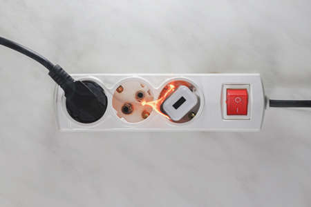 Ignited plug in the power supply board - short circuit of the wiring Standard-Bild