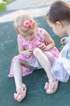 Sore, knee smashed, child complains of pain in knee