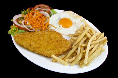 パンの胸肉とフライドポテトとサラダを組み合わせたプレート