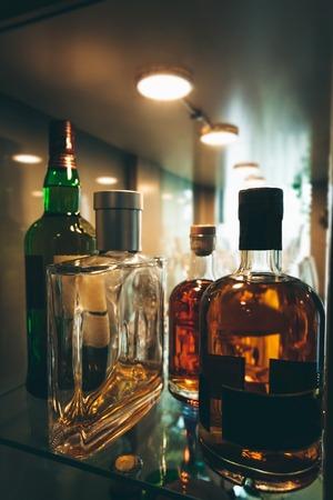 Flaschen Spirituosen und Schnaps an der Bar