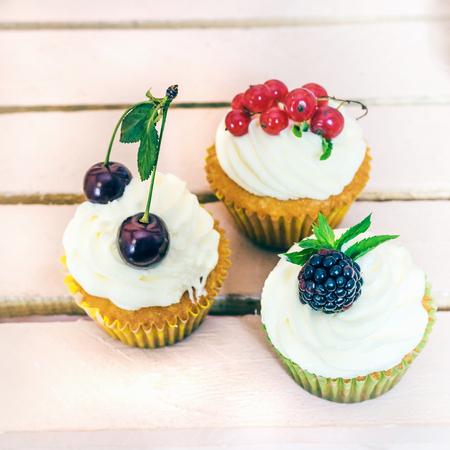 Leckere Cupcake mit Beeren auf Tisch close up Standard-Bild
