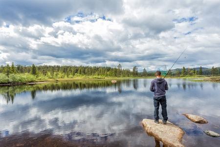 botas altas: Flyfishing in the Norwegian mountains near Kongsberg Foto de archivo