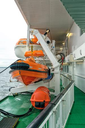 salvavidas: Bote salvavidas en cubierta de un transbordador del barco de cruceros