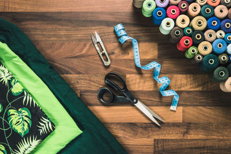 sewing tools on the wooden table scissors textile fabric Banque d'images
