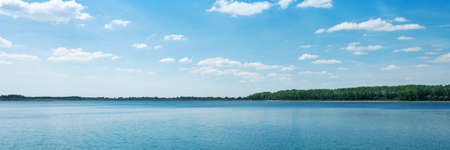 horizopntal landscape of blue lake summer time horizontal, panorama, panoramic Banque d'images