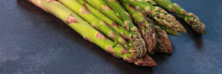 fresh and green asparagus on the table closeup horizontal, panorama, panoramic Banque d'images
