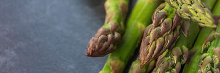 fresh and green asparagus on the table closeup horizontal, panorama Banque d'images