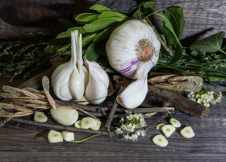 Natura morta con aglio su uno sfondo di legno