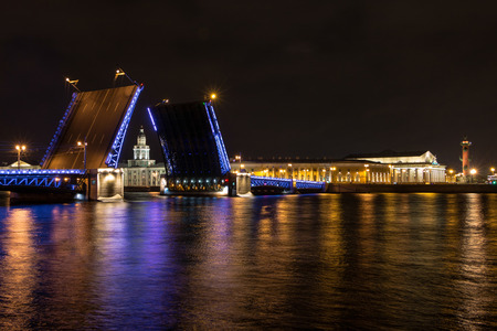 St. Petersburg, 11, may, 2017 - Opening of the Palace Bridge in St. Petersburg Petersburg. View of the Kunstkammer over the bridge, Russia Éditoriale