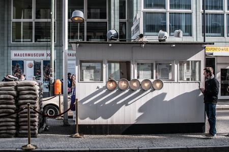 sectores: Checkpoint Charlie en Berl�n fue el punto entre los sectores Este y Oeste de Berl�n cruce durante la Guerra Fr�a. En la foto, los visitantes personas.