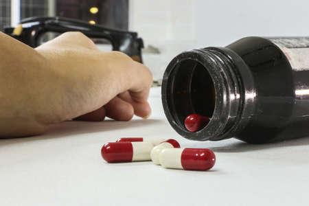 sobredosis: Sobredosis de drogas adicto a mano, drogas estupefacientes jeringa en el fondo blanco Foto de archivo