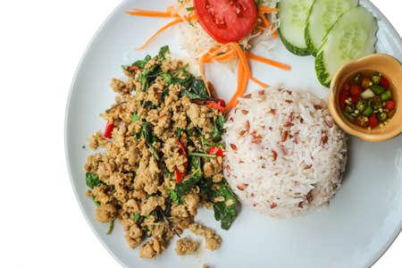 santa cena: Arroz y remover carne de cerdo frita albahaca santa (comida tailandesa) - Cierre de arroz cubierto con salteado de carne de cerdo picada y albahaca santa