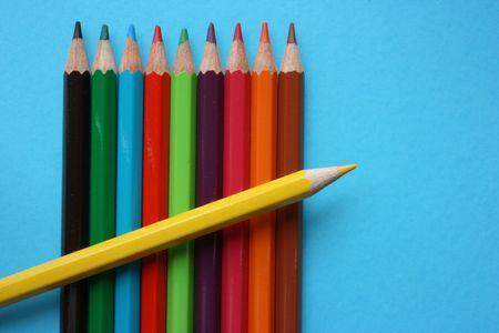 Żółty kolor ołówka umieścić na górze innych kolorów ołówki