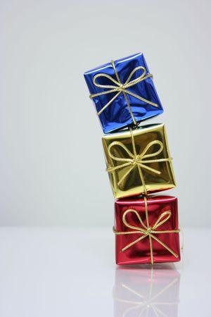 Trzy presents w otoki błyszczące