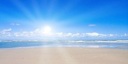 Strand met zonlicht  Stockfoto