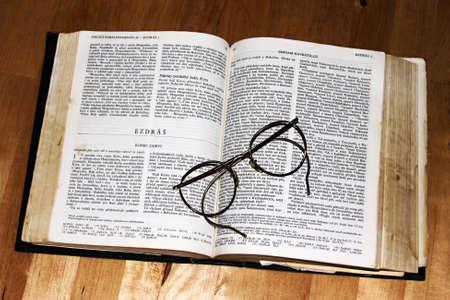 diopter: La lectura de los libros sagrados Foto de archivo