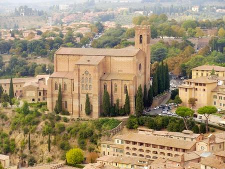 La Iglesia de San Domenico visto desde la Torre del Mangio en Siena, Italia. Foto de archivo - 13569351