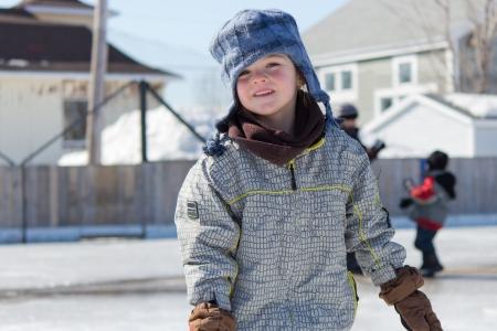 야외 스케이트장에서 스케이트를 타는 어린 소녀