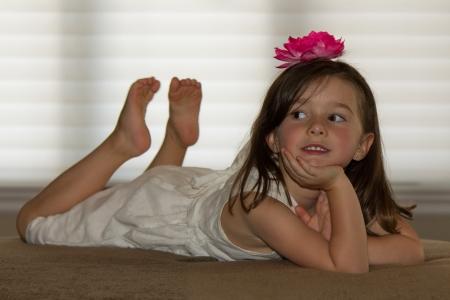 barefoot: Ni�o hermoso, feliz posando Foto de archivo