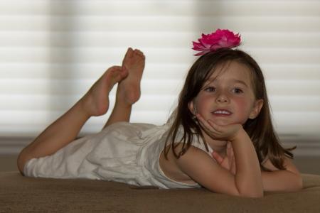 descalza: Ni�o hermoso, feliz posando Foto de archivo