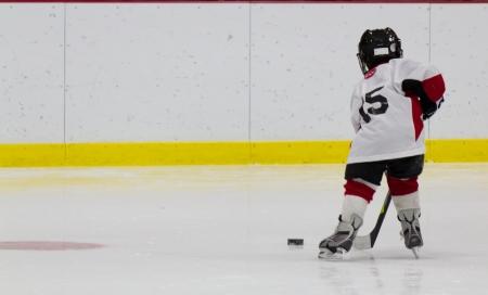 hokej na lodzie: Chłopiec gra w hokeja