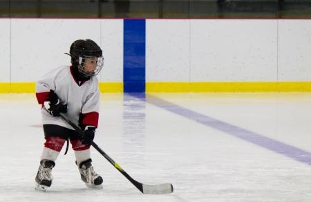 Kleiner Junge spielt eishockey