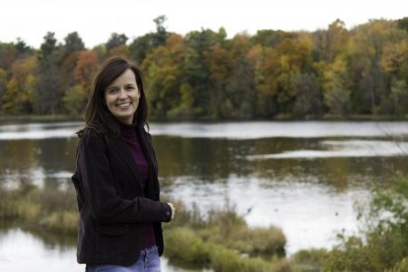 Junge Frau durch den See im Herbst Lizenzfreie Bilder