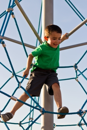 Kinder spielen auf der Spielstruktur im Park Lizenzfreie Bilder