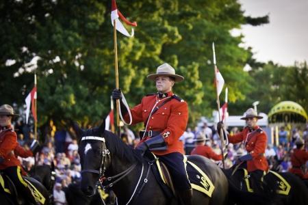 mounted: OTTAWA, CANADA - 27 juni 2013 De Royal Canadian Mounted Police RCMP Musical Ride voert tijdens zijn Zonsondergang Ceremonies serie in Ottawa, Canada op 27 juni 2013