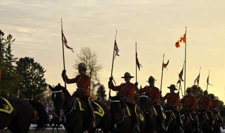 Ottawa, Kanada - 27. Juni 2013 Die Royal Canadian Mounted Police RCMP Musical Ride f�hrt w�hrend der Sonnenuntergang Zeremonien Serie in Ottawa, Kanada am 27. Juni 2013 Editorial