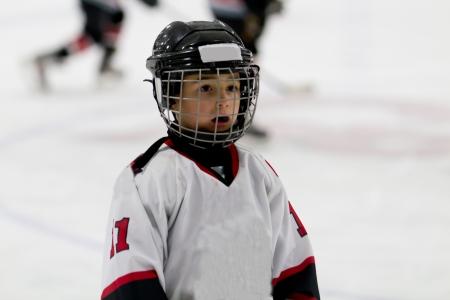 Kid spielen Eishockey Lizenzfreie Bilder