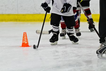 Jugendeishockeymannschaft an der Praxis Lizenzfreie Bilder