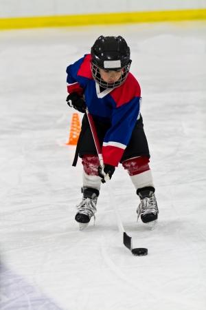patinaje sobre hielo: Boy en la pr�ctica del hockey sobre hielo