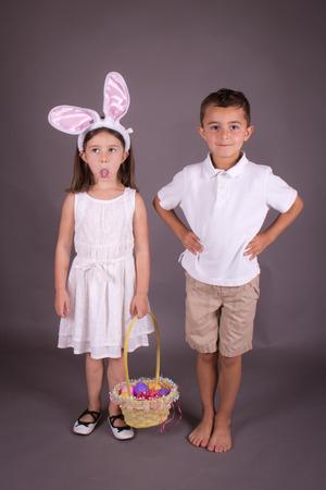 Jungen und M�dchen feiern Ostern