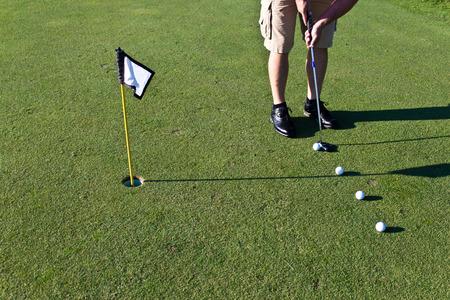 골퍼는 여러 골프 공 퍼팅 연습