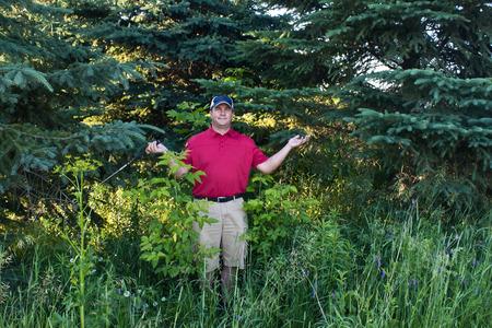 Golfer hat sein Golfball im Wald verirrt