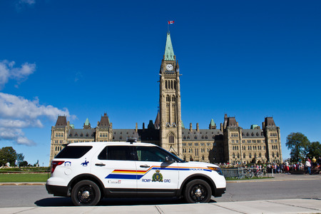 OTTAWA, ONTARIO/CANADA - AUGUST 10, 2013:  An Royal Canadian Mounted Police (RCMP) vehicle guards Parliament Hill in Ottawa, Canada. Éditoriale