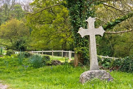 memorial cross: Lápida Sola cruz en el cementerio Foto de archivo