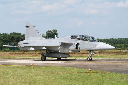 jetplane: Gripen rullaggio fuori dalla pista di una base aerea europea
