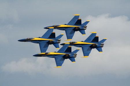 azul marino: MIRAMAR, CALIFORNIA, Estados Unidos - 15 de octubre: Sobrevuelo de formaci�n de US Navy Blue Angels FA-18 Hornet en Miramar Air Show, 15 de octubre de 2006 en Miramar, California, Estados Unidos.