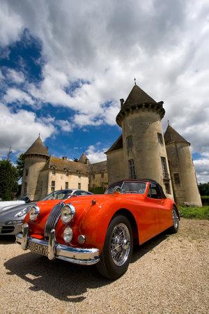ボーヌ, フランス - 6 月 12 日: サヴィニー城の前で赤の古典的なスポーツカー。サヴィニーの城博物館。2010 年 6 月 12 日ボーヌ, フランス