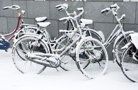 雪覆われた自転車 写真素材