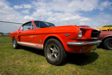 ford: Bree, Nederland - kan 16: 1965 Ford Mustang op het Rock Around the Jukebox Open Air evenement op 16 mei 2010 in Autotron, Rosmalen.  Redactioneel