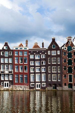 Oude 17e en 18e eeuw bak stenen huizen langs een kanaal in Amsterdam, Nederland. Stockfoto